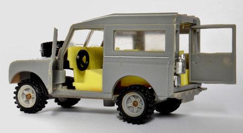 Un detalle que confirma el uso del molde metálico en lugar del de la serie Chiqui Cars: los bidones de agua sobre la plaquita que sujeta la carrocería al chasis. (La foto es cortesía de Juan Carlos Rojas, Colombia)