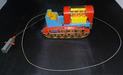 Bulldozer version téléguidé, remontage à clé, manque conducteur (pas dans cette collection)