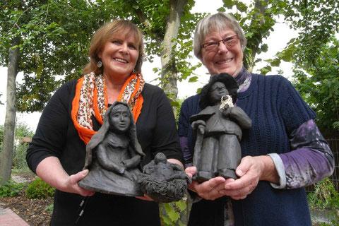 Ekka Lühring und Ilse Lente präsentieren stolz fertige Krippenfiguren