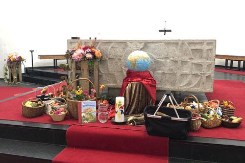 geschmückter Altar beim Erntedankgottesdienst
