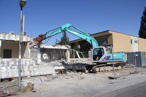 Bagger beim Abriss des alten Pfarrgemeindehauses