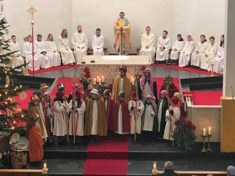 Sternsinger beim Gottesdienst in der voll besetzen Pfarrkirche