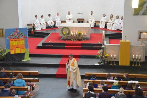 Pfarrkirche von innen während einer Sonntagsmesse