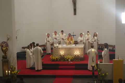 Pfarrer und Ministranten beim Gottesdienst