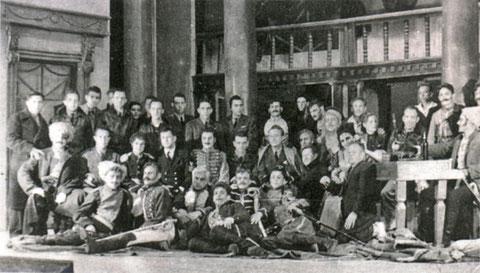 Участники спектакля во время встречи с американскими летчиками, участниками военных операций по ленд-лизу