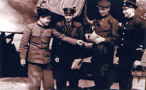 Кузмин с экипажем Ли-2. 1948 год