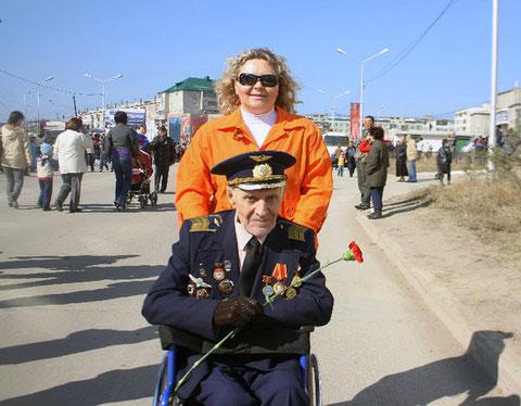 Ветеран Ю.П Яковлев с внучкой