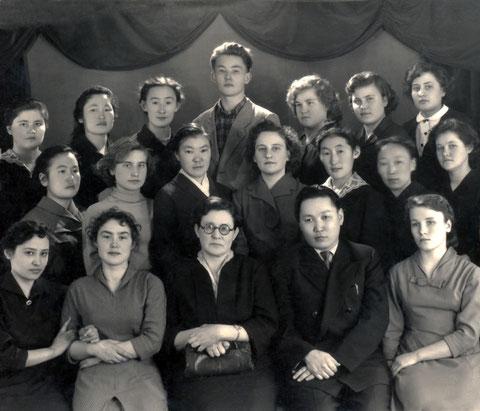 Педагоги с выпускниками техникума 60-е годы. Якутск