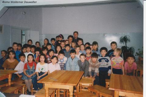 Дети Речевой школы и священник из Германии Ханс Херман Бух. Якутск 1993-95 год