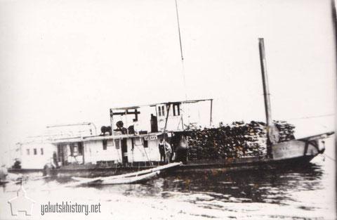 "Грузовой пароход ""Алдан"" на реке Алдане. На носу парохода дрова для топки парохода, 20-е годы."