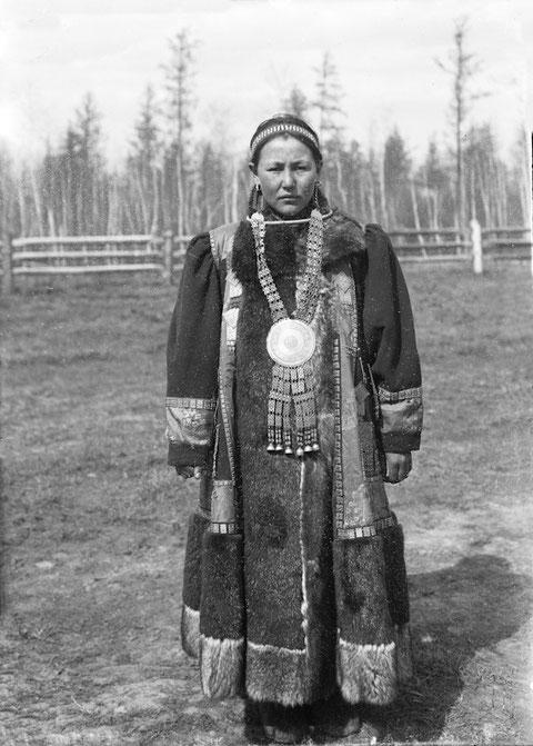 Якутия. Женщина в праздничной одежде. Фото начала ХХ в