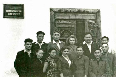 Преподаватели и студенты физико-математического факультета ЯГУ. 1960 г. Якутск.