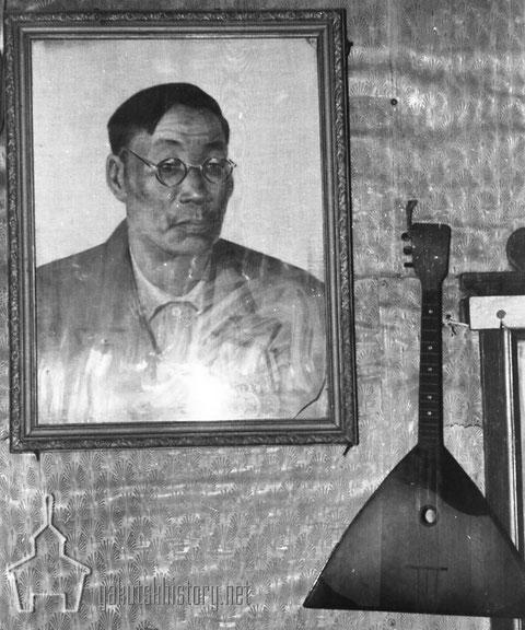 Портрет С.А.Зверева и его личная балалайка