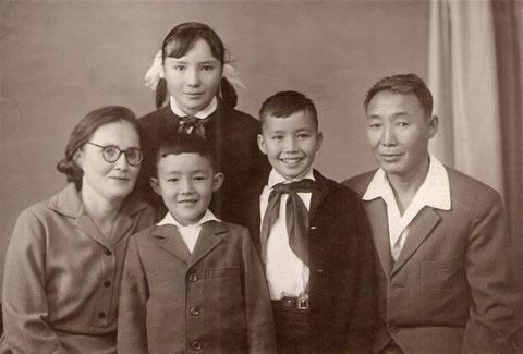 М.П. Кылатчанов с семьей. 1964 г. Фото из архива семьи Кылатчановых