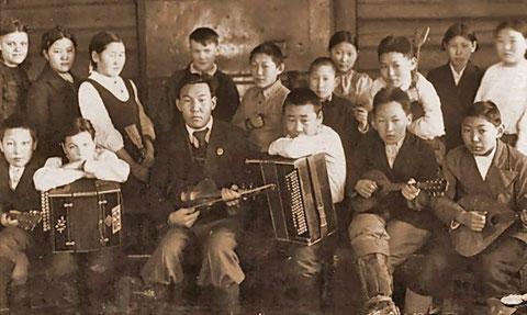 Музыкальный кружок Намской школы. Якутия 1944 год