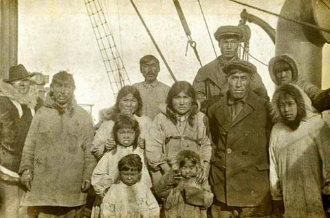 Колонисты острова Врангеля перед эвакуацией на материк на борту канонерской лодки «Красный Октябрь», 19 августа 1924 года.