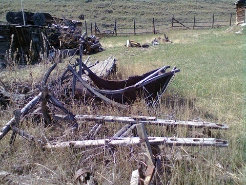 Остов кошёвки (на заднем плане) у пади Хорогор в окрестностях Якутска