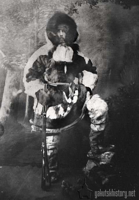 Мужчина с ружьем в кухлянке и тарбазах. Из архива И.Д.Черского