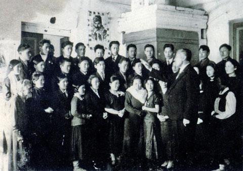 М.Н. Жирков репетирует с Национальным хором. 1930-е гг.