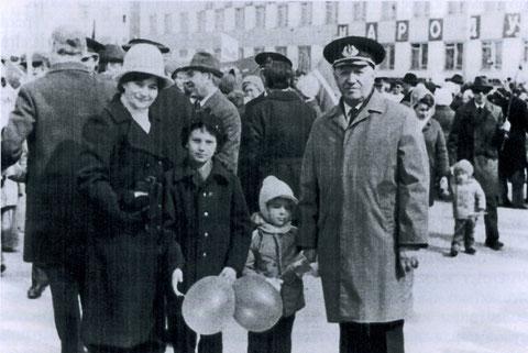 Дмитриев с семьей на демонстрации. Якутск