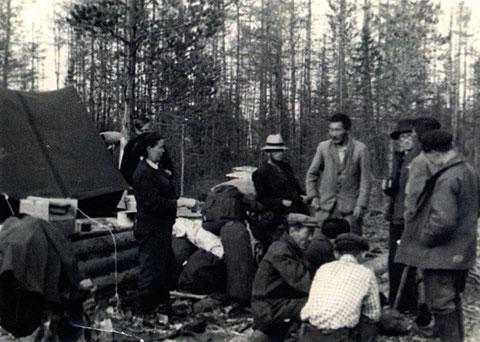 Геологи у палатки. 1955 г.