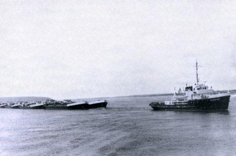 Морской буксир «Кронштадт» буксирует лихтеры