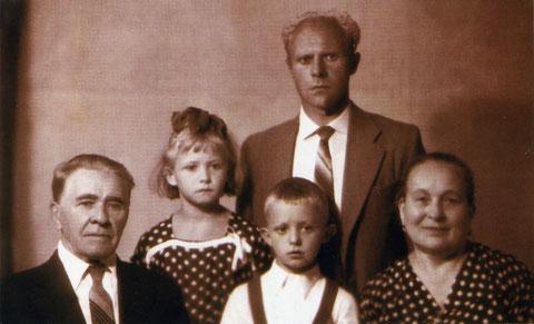 Яковлев с родственниками