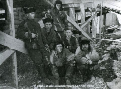 На стройке общежития бригада плотников