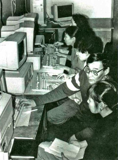 С.Д. Мордовской ведет занятие по программированию у студентов математического факультета, 90-е г.