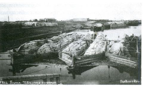 Товарная пристань в Якутске. Карбаса