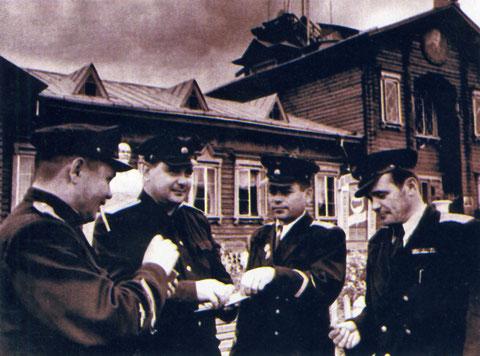 В.И Кузмин и Л.Е. Шевченко с пилотами 139-го авиаотряда