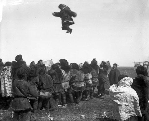 Прыжки на моржовой шкуре. Снимок В.Иохельсона