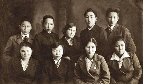 Учащиеся фельдшерско-акушерской школы. Якутск 1938 год
