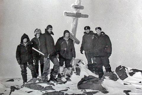 Российские полярные летчики на месте гибели группы Де-Лонга