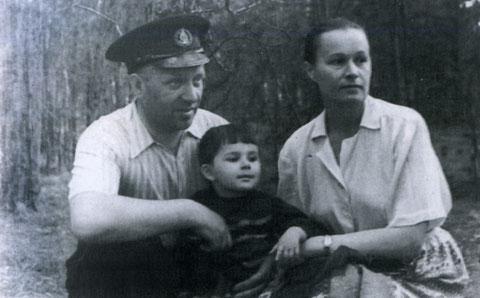 И.А. Дмитриев с женой и дочерью. Якутск