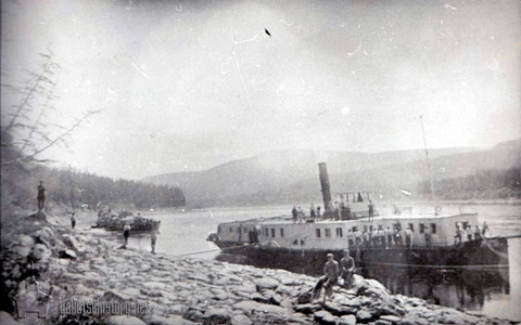 """Пассажирский пароход """"Соболь"""" на р.Алдане с баржами, 20-е годы."""