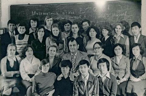 И.Ш. Алиев с учащимися республиканской физико-математической школы при Якутском государственном университете. 1978 г.