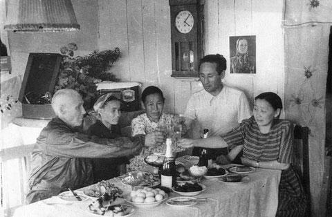 Цыкунов (крайний слева) родственник Захара Цыкунова («Макара»). Село Амга, 1953 г.