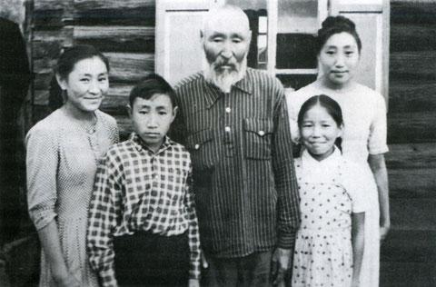 Короходкин Василий Николаевич с внуками. Якутск, 1962 год