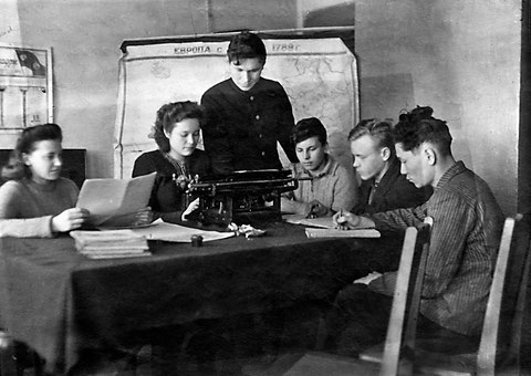 Группа студентов Якутского электротехникума связи. 1948 год.