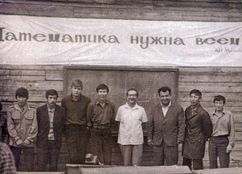 Преподаватели и студенты-кулоншеры первой летней республиканской физико-математической школы при ЯГУ, Верхний Бестях 1972 г.