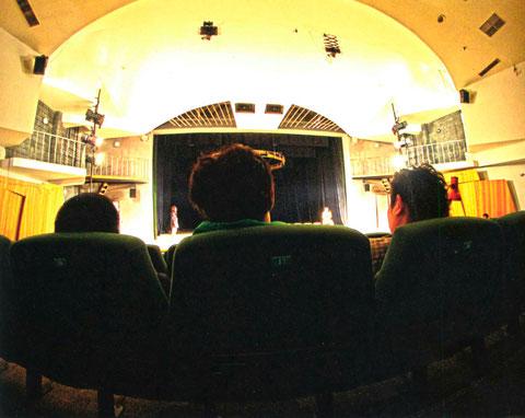 В зале театра