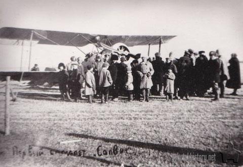 """Первый самолет, прибывший в Якутск, на Зеленом лугу. Тип самолета """"Сопвич"""". 1925 год."""