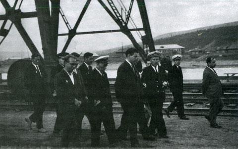 П Н Иванов с начальником Осетровского речного порта В М Дубровским  третий справа 60 годы