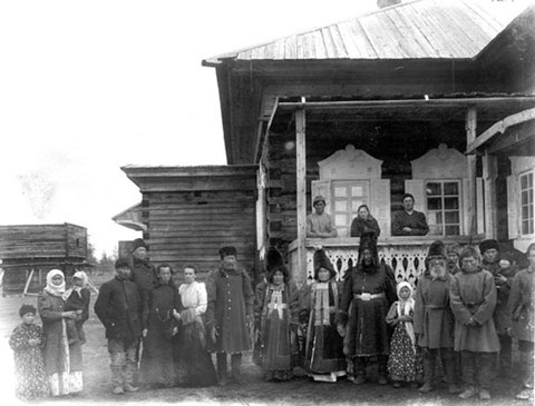 Якутский дом. В верхнем ряду Д. Бродская