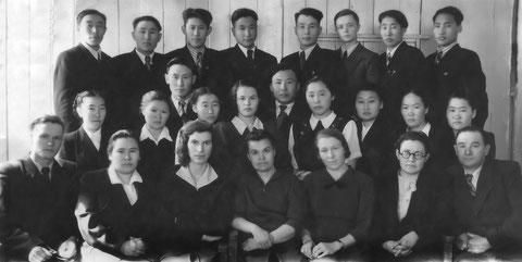 Педагоги техникума со студентами. 60-е годы. Якутск