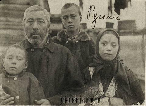 Отец с детьми. Снимок В.Иохельсона