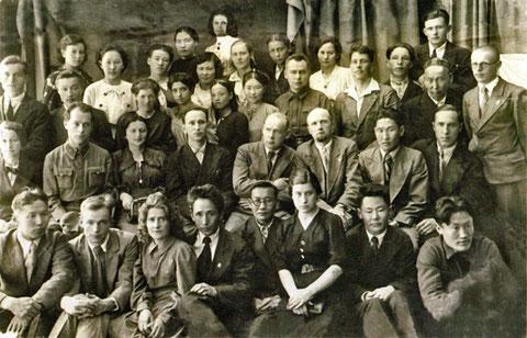 Студенты и сотрудники Педагогического института 1942 год. Якутия