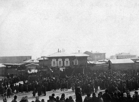 """Митинг еврейской общины Якутска у дома """"Романовка"""" в честь февральской революции 1917 года."""
