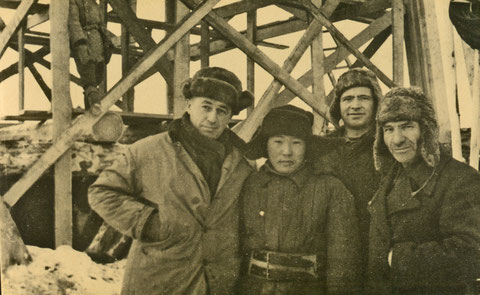 Ефим Львович Жорницкий со строителями. Якутск